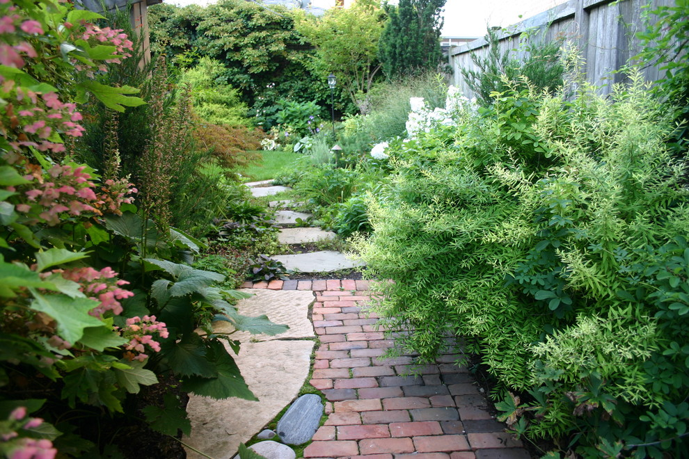 Design ideas for a traditional side yard landscaping in Chicago.
