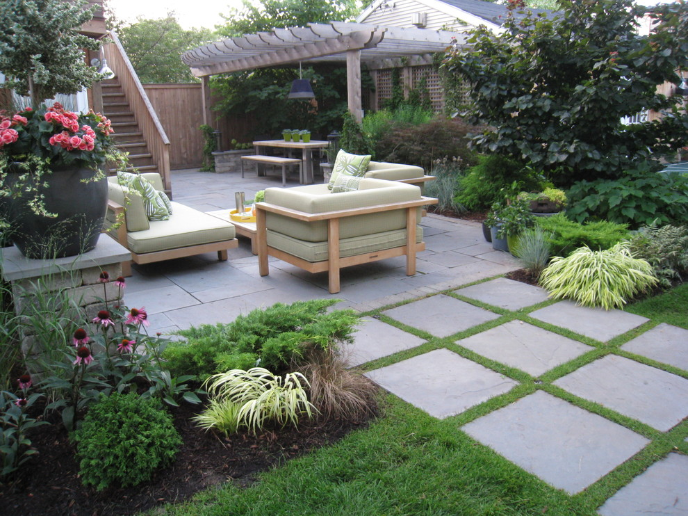 Photo of a contemporary landscaping in Chicago.