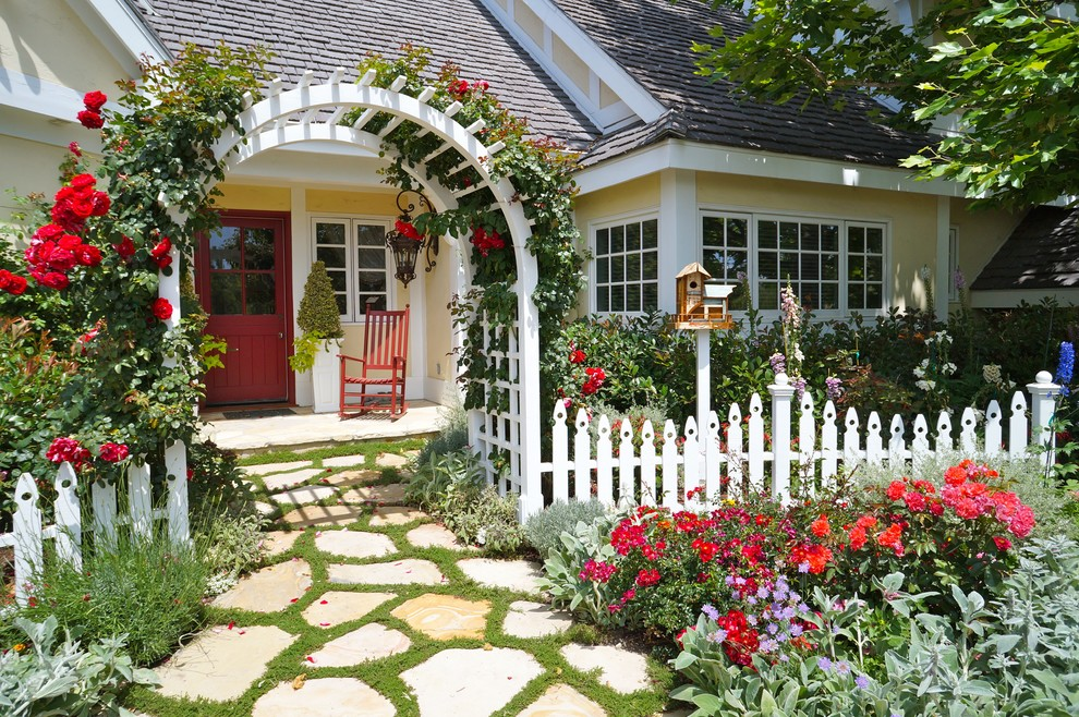 Design ideas for a traditional front yard stone flower bed in Los Angeles.
