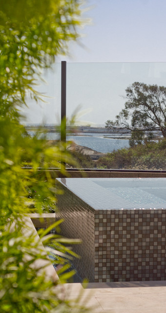 Infinity spa looking at the Pacific Ocean modern-landscape
