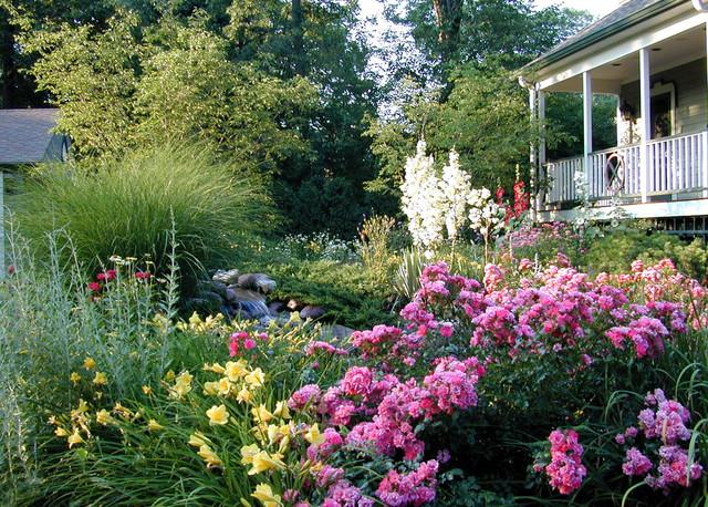 Informal and naturalistic garden design style winnetka for Informal garden designs