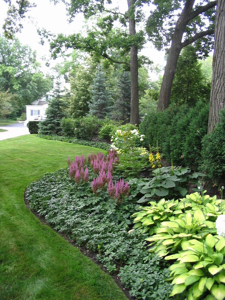 Design ideas for a traditional partial sun front yard formal garden in Chicago for summer.