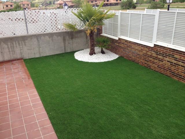 Jard n con c sped artificial en villaviciosa de od n - Cesped artificial terrazas ...