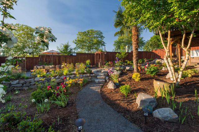 Ejemplo de camino de jardín francés, clásico renovado, grande, en patio trasero, con mantillo