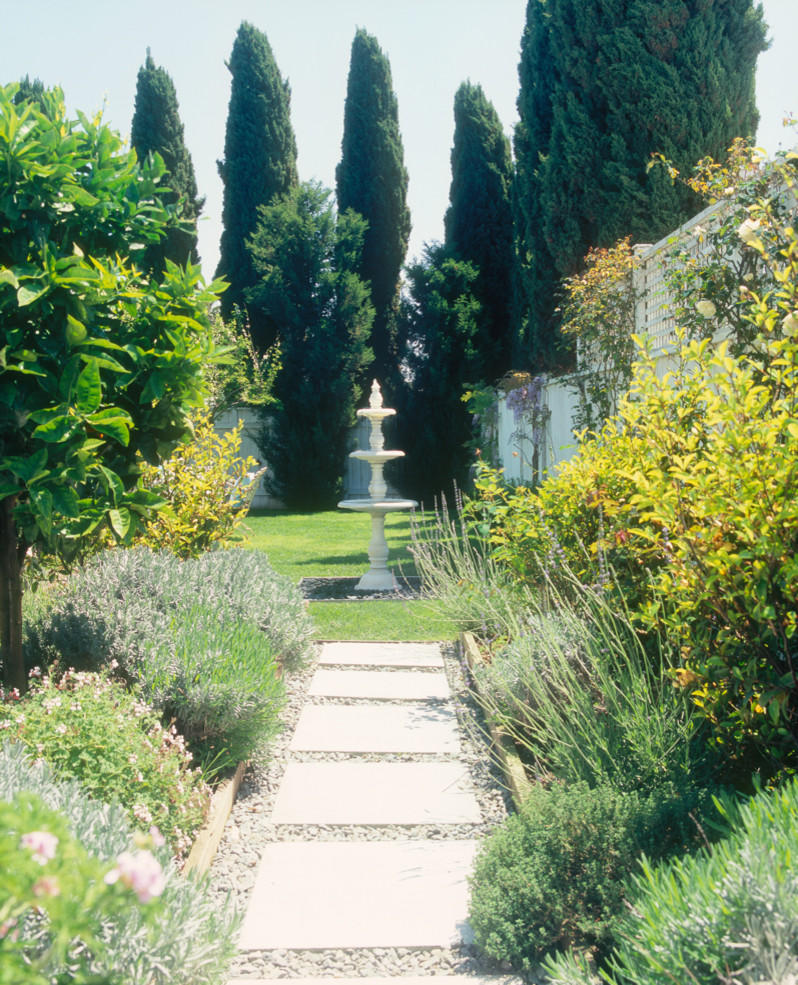 Inspiration for a traditional landscaping in Los Angeles.