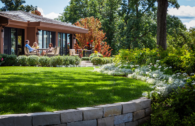 Lakefront retreat mahtomedi traditional landscape for Lakefront landscaping photos