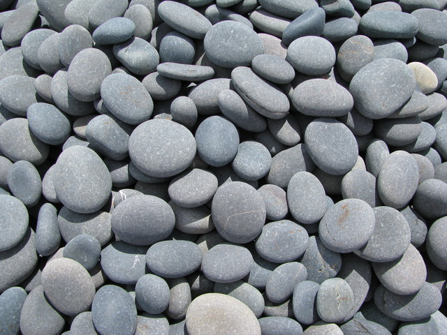 Image gallery smooth pebbles for Smooth stones for landscaping