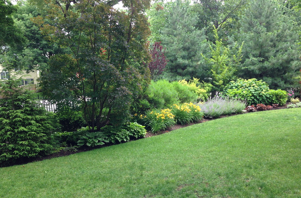 Design ideas for a huge traditional full sun front yard landscaping in Chicago.