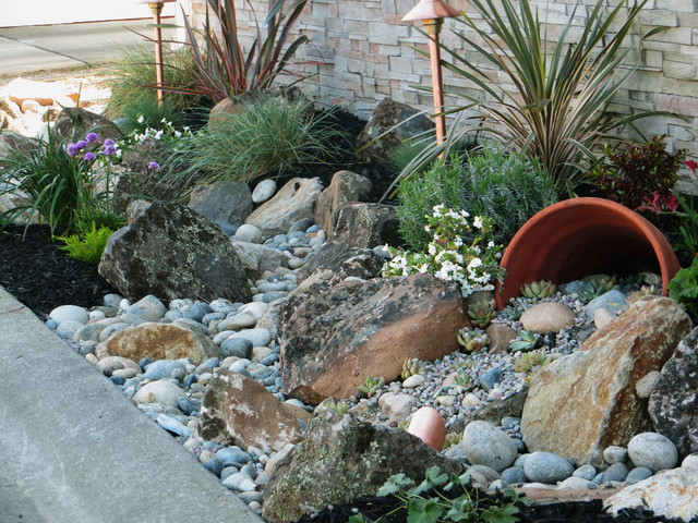Charmant Photo Of A Small Traditional Front Yard Gravel Landscaping In San Francisco.