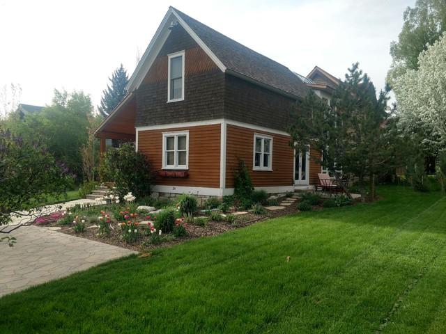 Idées déco pour un jardin arrière classique de taille moyenne avec des pavés en pierre naturelle.