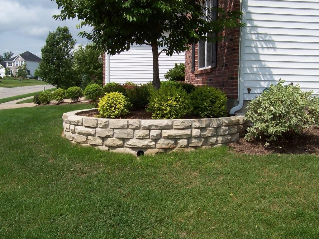 Manchester, Missouri stone masonry planter wall