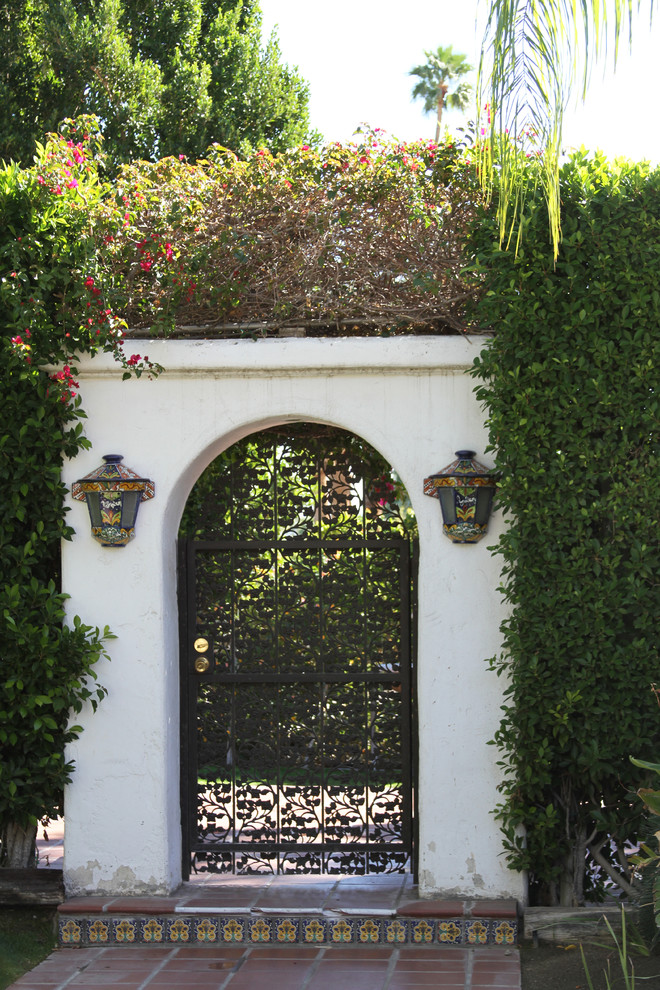 Photo of a mediterranean landscaping in Los Angeles.
