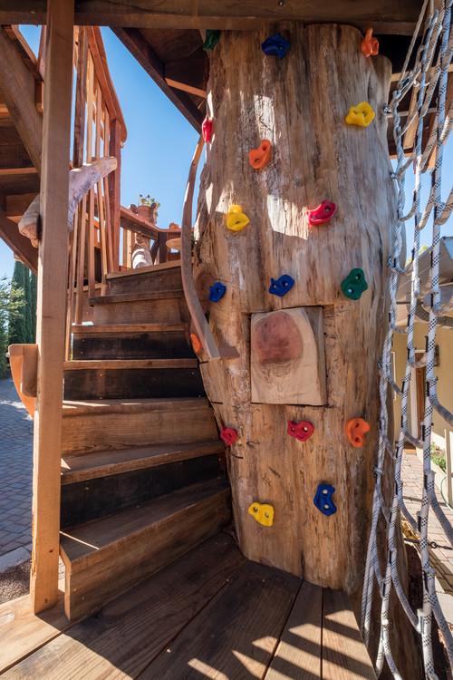 Mur d'escalade sur une cabane dans les arbres pour l'activité physique