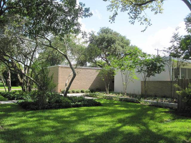 Mid century modern in meyerland midcentury landscape for Mid century modern architects houston