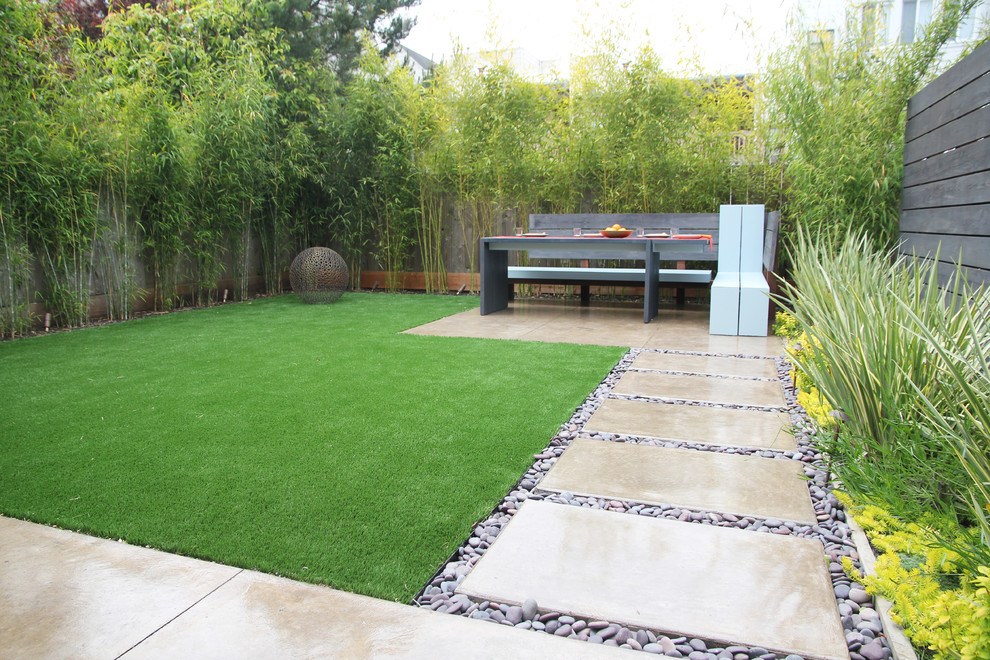 This is an example of a small contemporary backyard landscaping in San Francisco.
