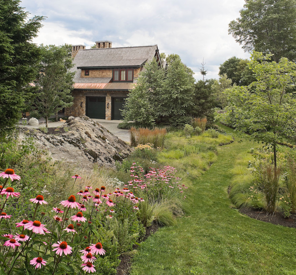 Design ideas for a traditional side yard landscaping in Burlington.