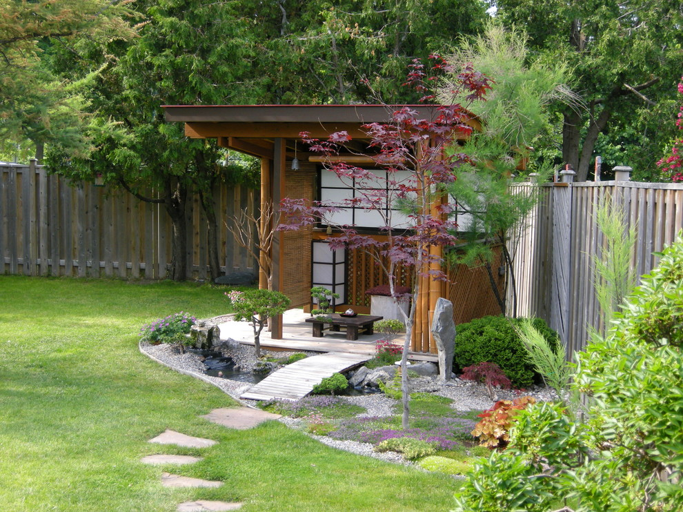 Design ideas for an asian stone landscaping in Toronto.