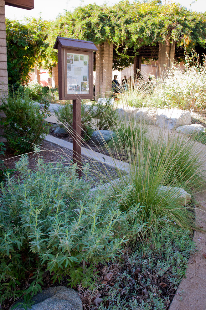 Photo of a large rustic drought-tolerant and partial sun side yard stone garden path in Los Angeles for fall.