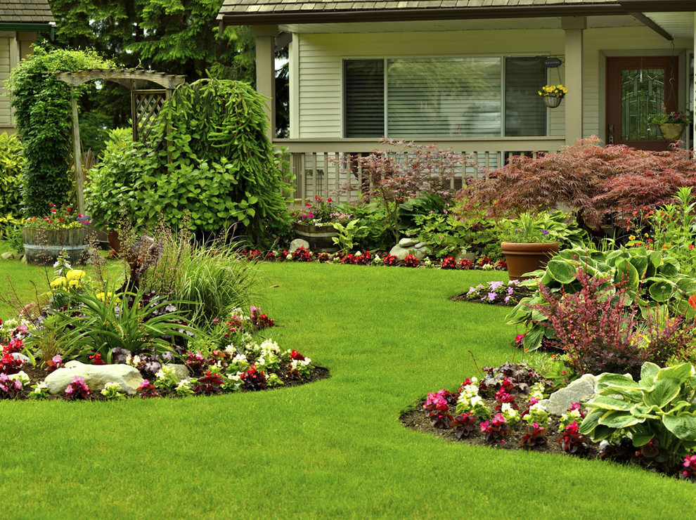 Design ideas for a mid-sized traditional partial sun front yard mulch formal garden in Charlotte for summer.