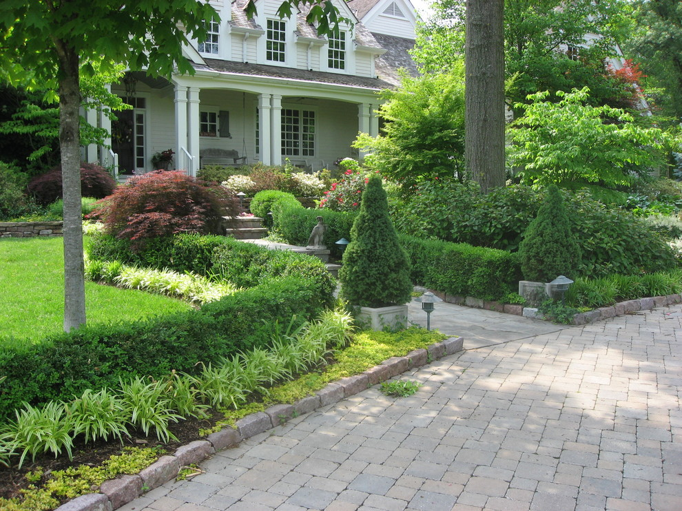 Inspiration for a traditional retaining wall landscape in St Louis.