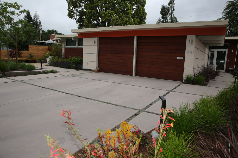 Photo of a mid-sized mid-century modern full sun front yard driveway in San Francisco.