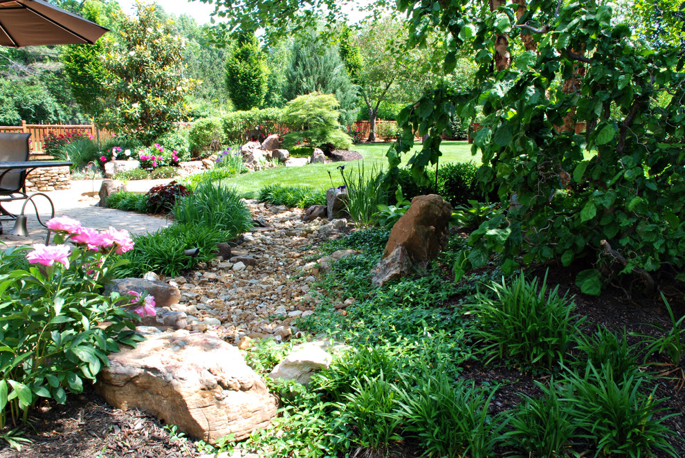 Inspiration for a traditional landscaping in Kansas City.