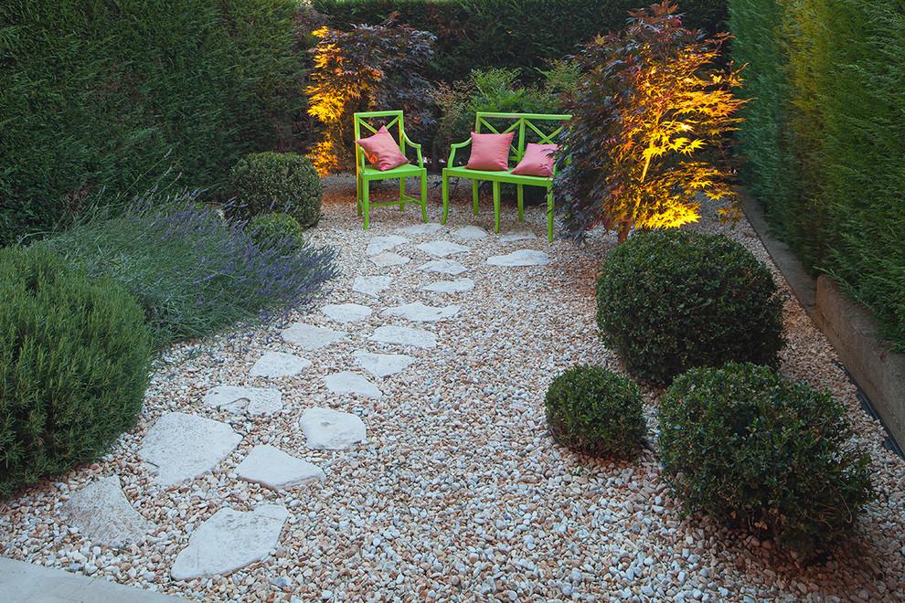 Ispirazione per un piccolo giardino boho chic in cortile con un ingresso o sentiero e ghiaia