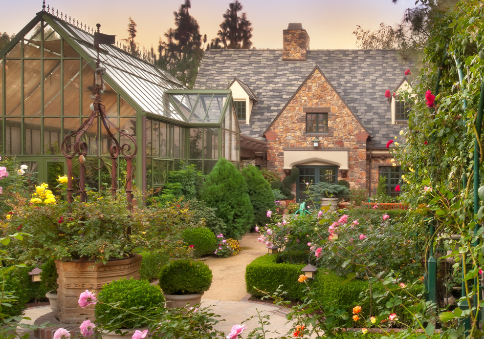 Design ideas for a victorian backyard landscaping in Los Angeles.