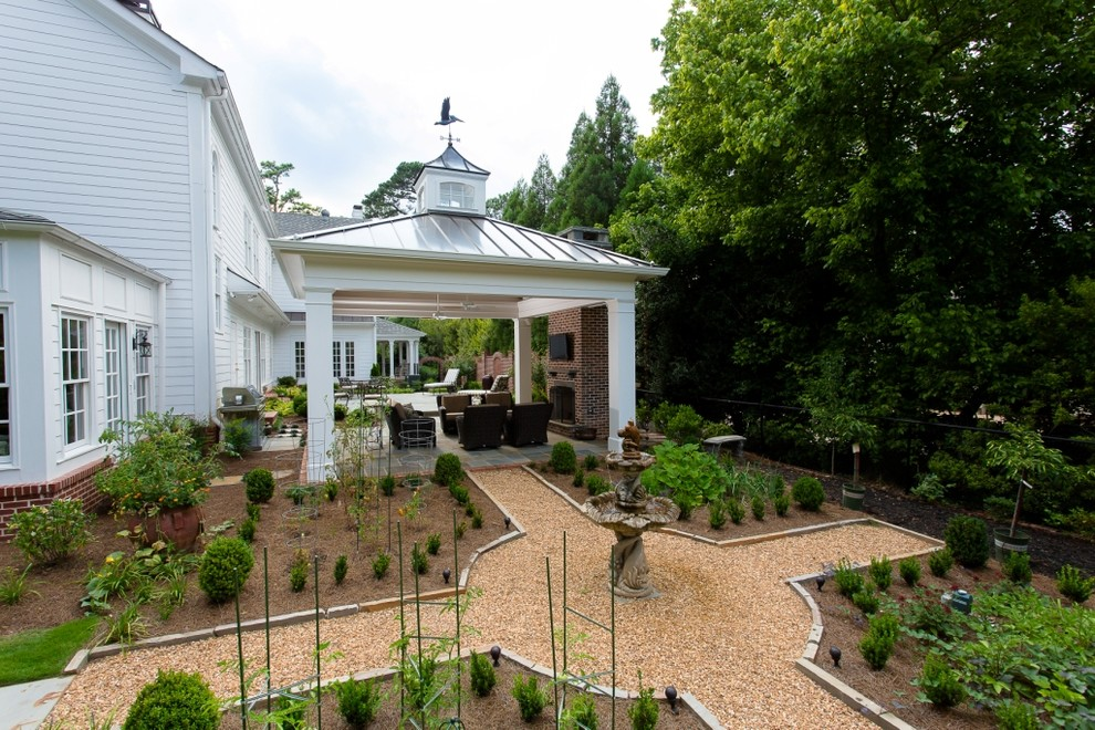 This is an example of a traditional backyard gravel landscaping in Atlanta.