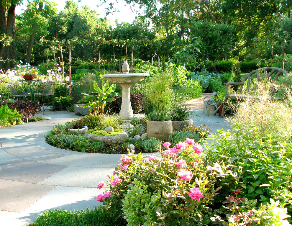 Inspiration for a traditional backyard water fountain landscape in Chicago.