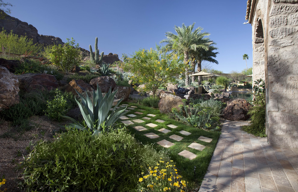 Inspiration for a southwestern landscaping in Phoenix.