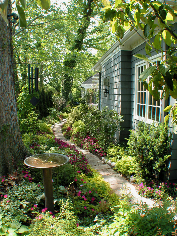 Inspiration for a traditional privacy side yard landscaping in Kansas City.