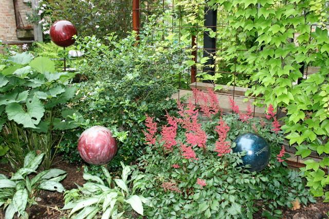 Design ideas for a contemporary partial sun backyard mulch landscaping in Chicago.