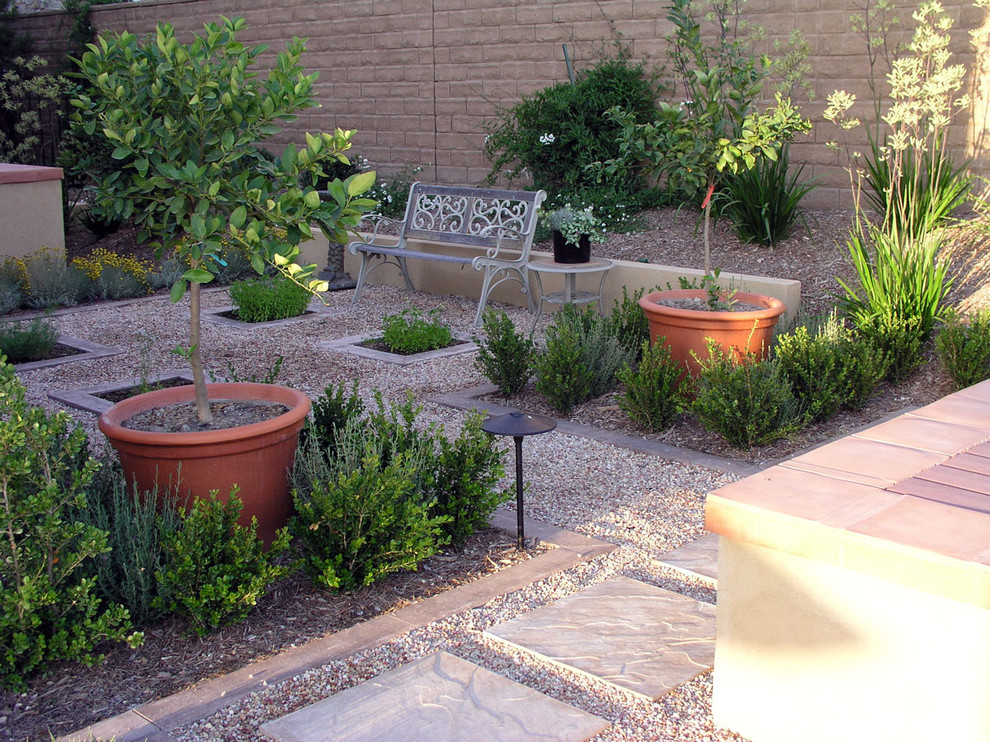 Photo of a mid-sized traditional drought-tolerant and partial sun backyard gravel landscaping in Los Angeles.