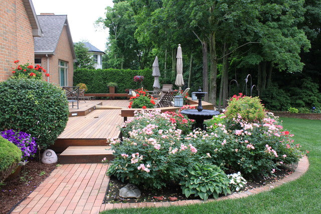 Relaxing deck traditional landscape grand rapids for Brick flower garden designs