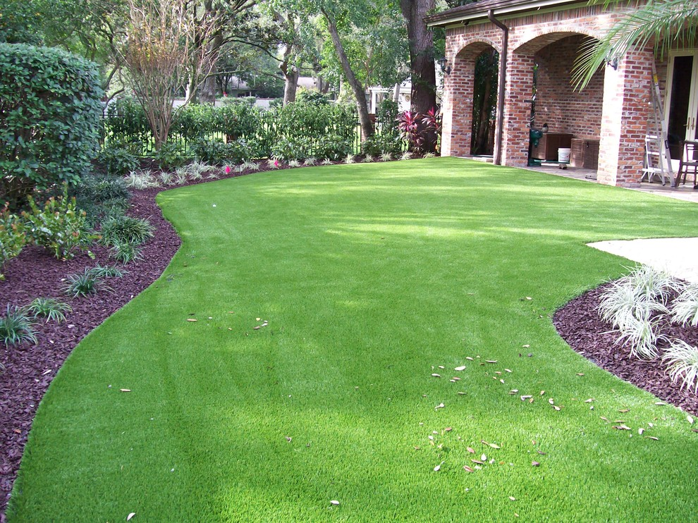 Design ideas for a traditional landscaping in Tampa.