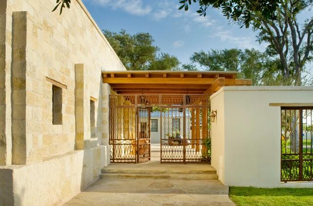 Rustic hacienda style texas ranch southwestern - Ranch americain poet interiors houston ...