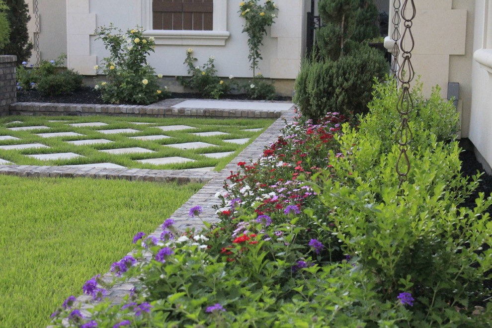 Inspiration for a traditional front yard concrete paver garden path in Dallas.
