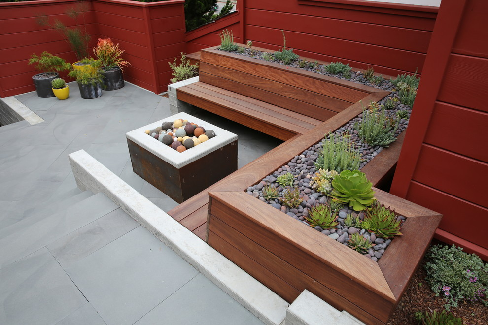 Photo of a mid-century modern landscaping in San Francisco.