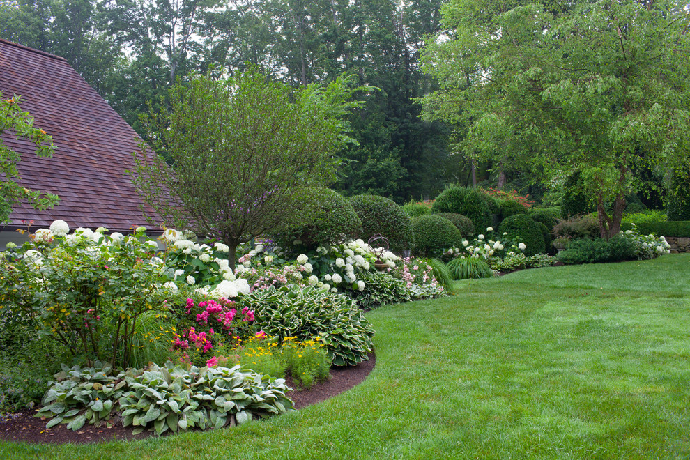 Design ideas for a mid-sized traditional partial sun backyard landscaping in New York.