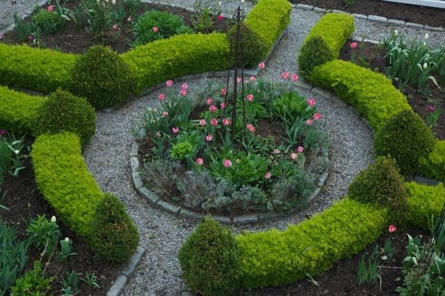 Foto på en mellanstor maritim formell trädgård framför huset, med en trädgårdsgång och grus