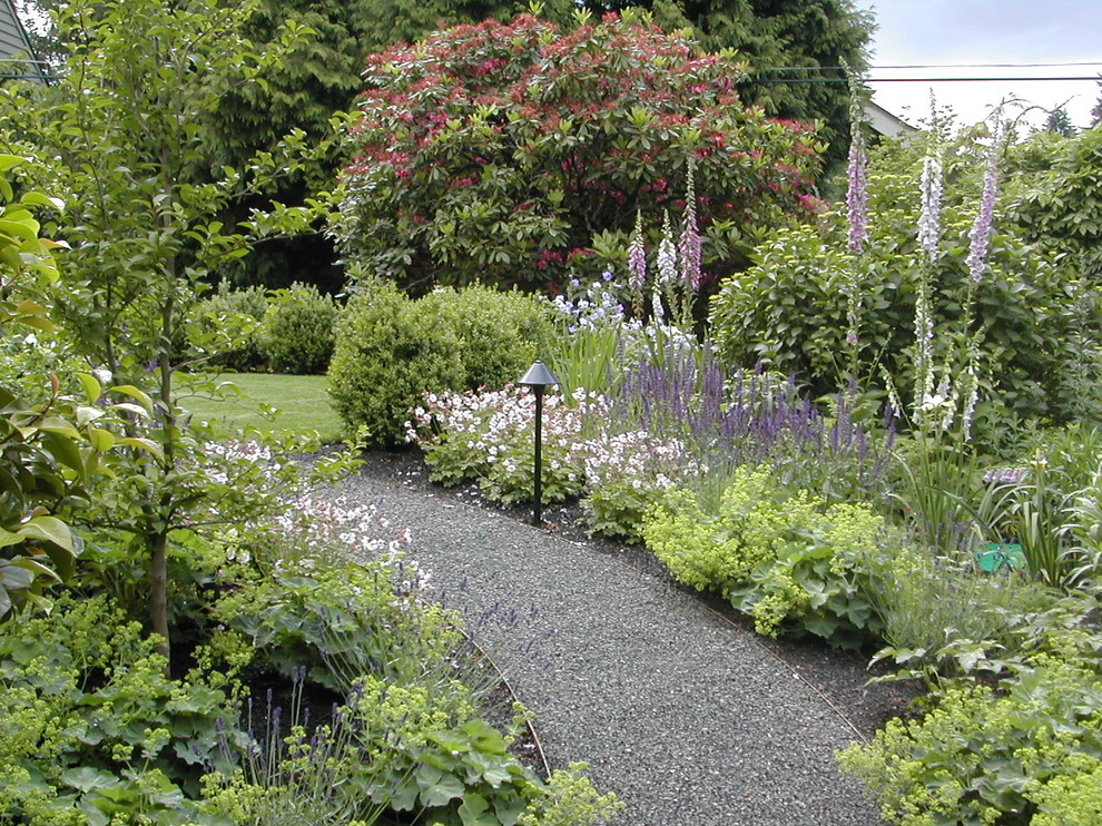 Inspiration for a traditional backyard gravel landscaping in Portland.