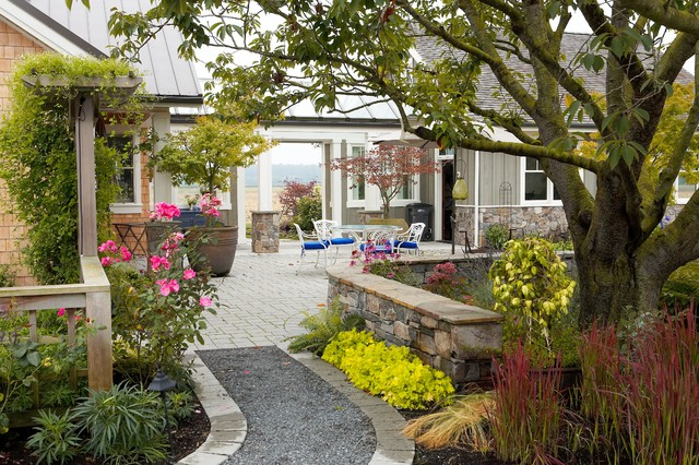Path to outdoor dining terrace. eclectic-landscape