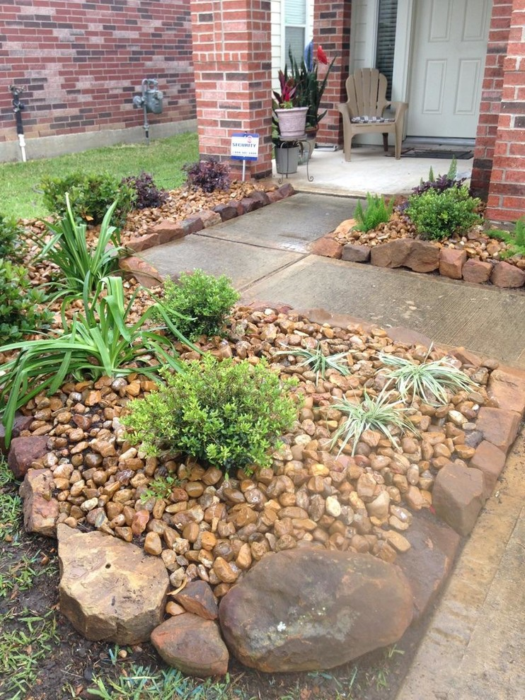 Small Front Entryway Landscape - Traditional - Landscape ...