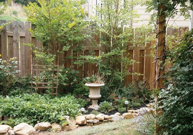 Small Garden nook traditional-landscape