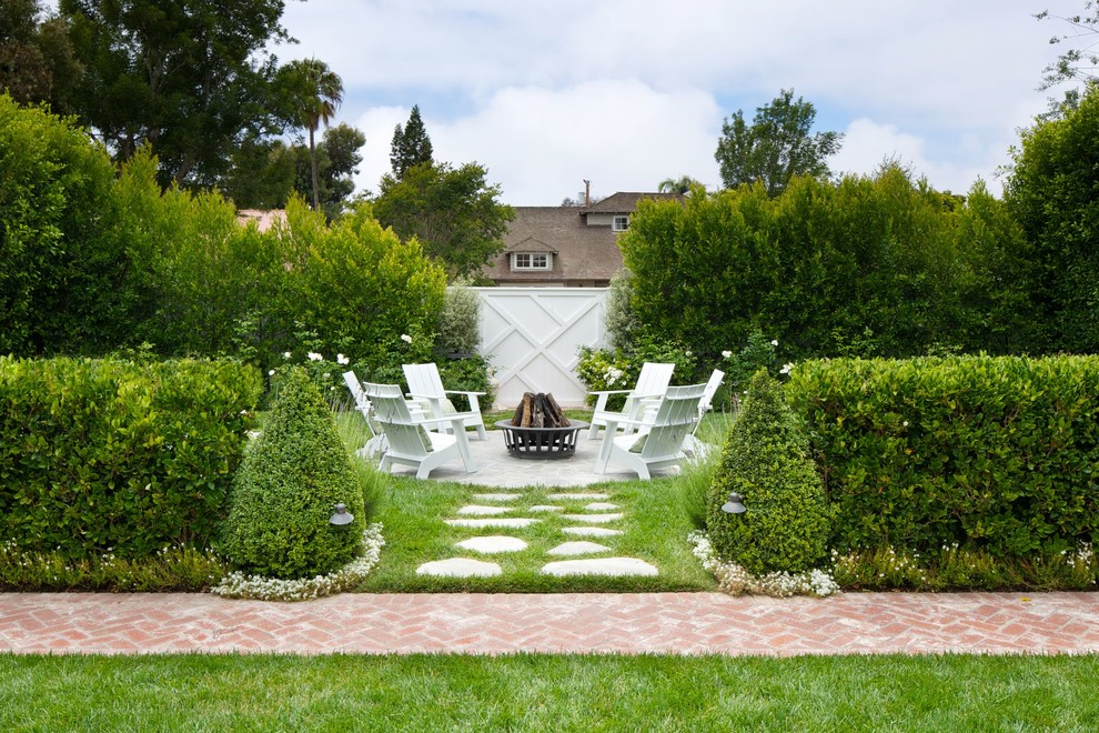 Photo of a traditional landscaping in Los Angeles with a fire pit.
