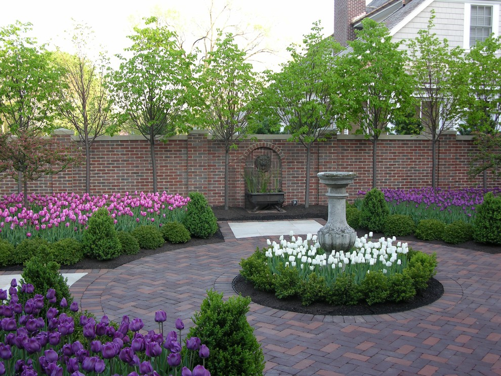 Design ideas for a traditional courtyard flower bed in Chicago.