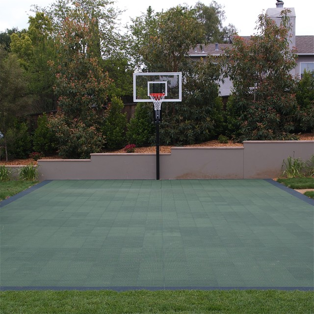 Merveilleux Sport Court And Basketball Hoop Traditional Landscape