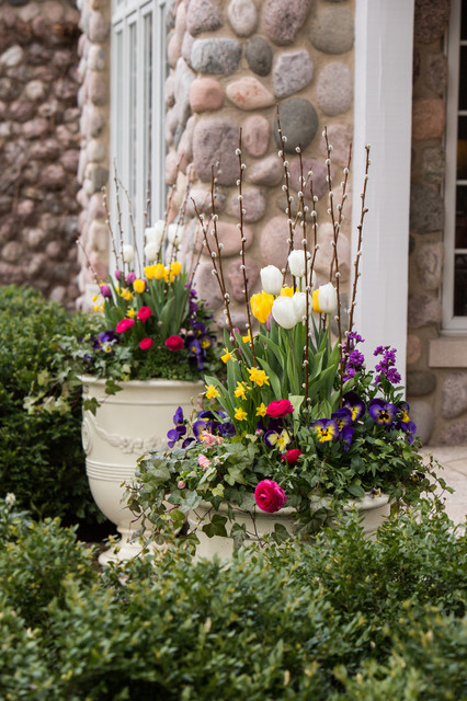Inspiration for a large transitional front yard landscaping in Chicago for spring.