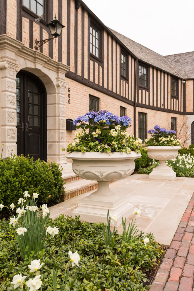 This is an example of a large traditional full sun front yard stone flower bed in Chicago for spring.